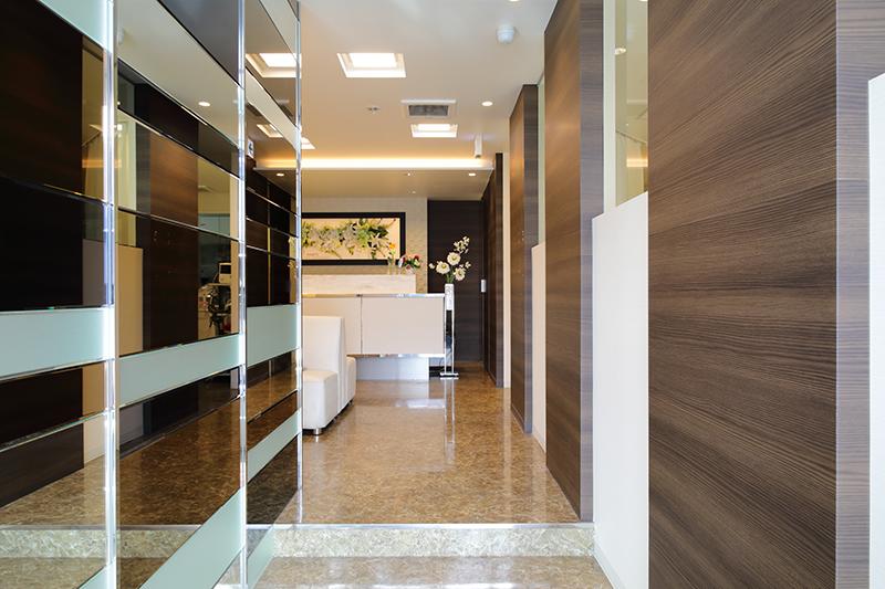 2階へあがっていくと長い鏡の廊下になっております。